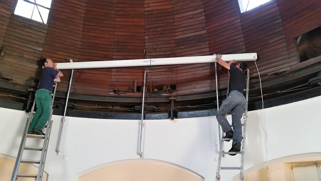 (29.08.2015) Michael Hillen und Wilfried Bongartz bringen die große Leinwand im Kuppelsaal an. Die Groben Arbeiten sind damit abgeschlossen. Jetzt kommen noch die zeitintensiven Kleinarbeiten.