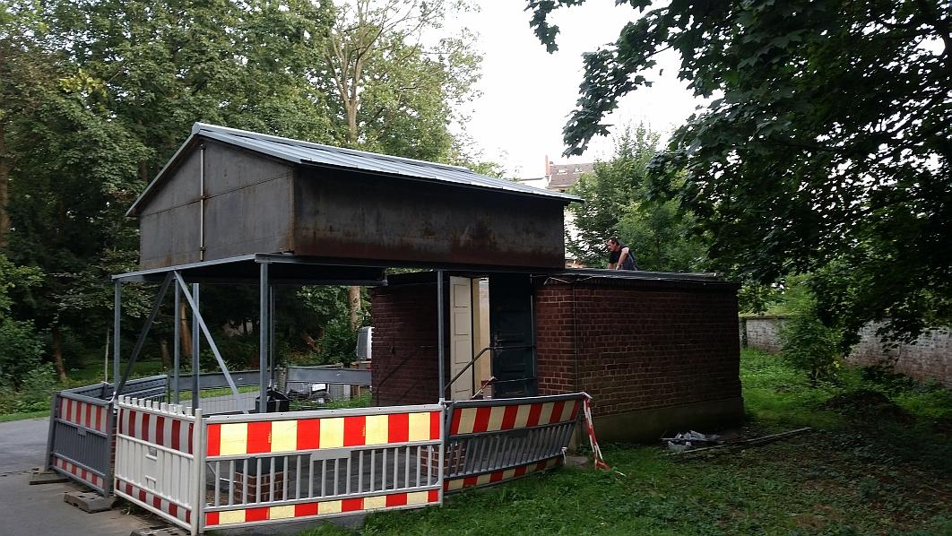 Beim ersten Abrollen durch uns, zeigt sich, dass nicht besonders viel Kraft erforderlich ist, um das Dach abzurollen.