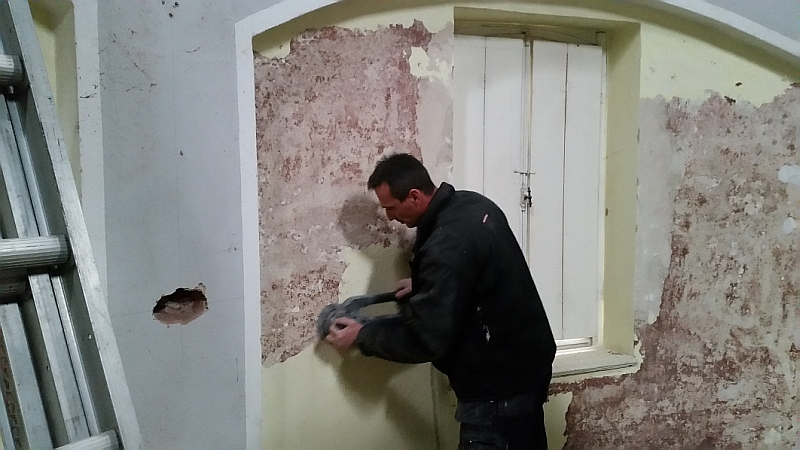 Michael Hillen schleift von ersten Teilen der Wände die Farbe herunter (27.04.2015)