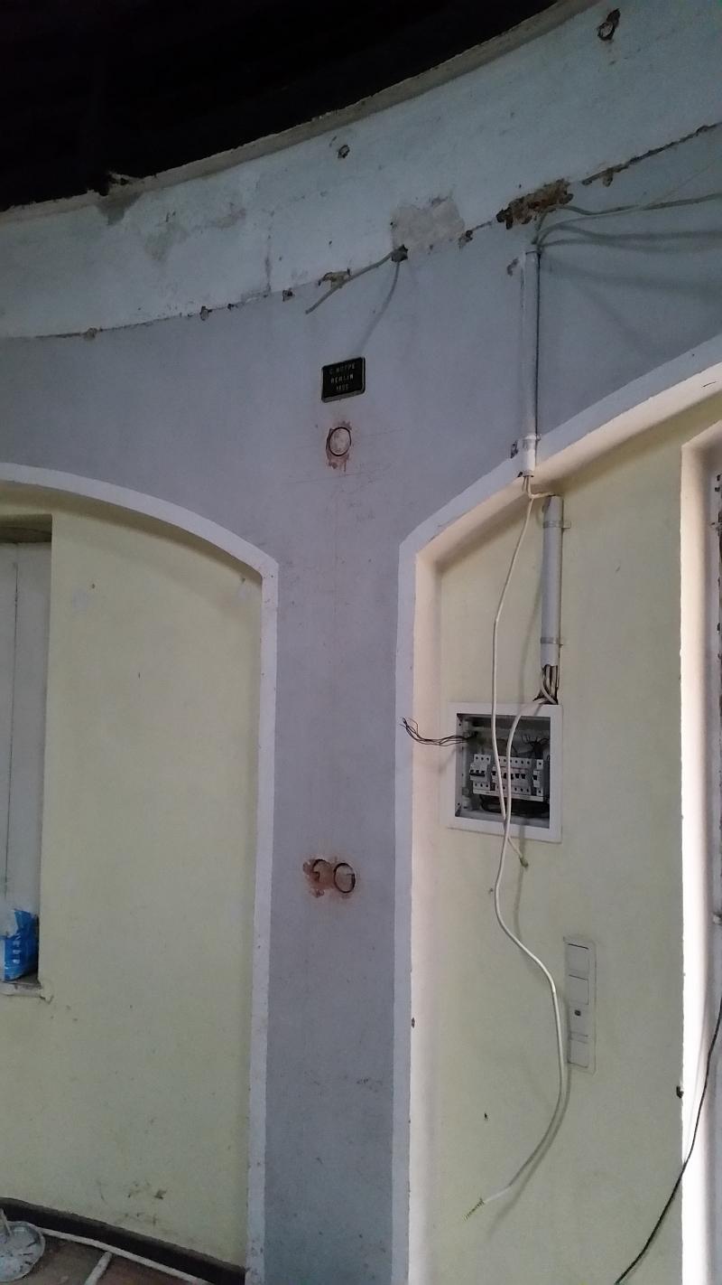 Von der Elektrofirma wurden die Kabel und Lampen entfernt (27.04.2015)