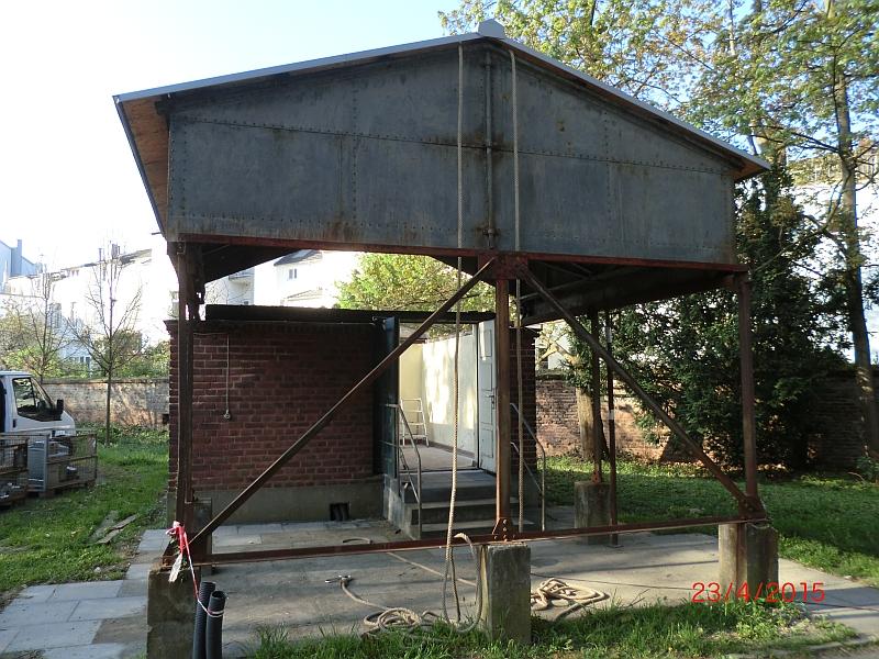 Vermutlich seit 80 Jahren wird das Dach das erste Mal von der Metalbaufirma abgerollt (23.04.2015)